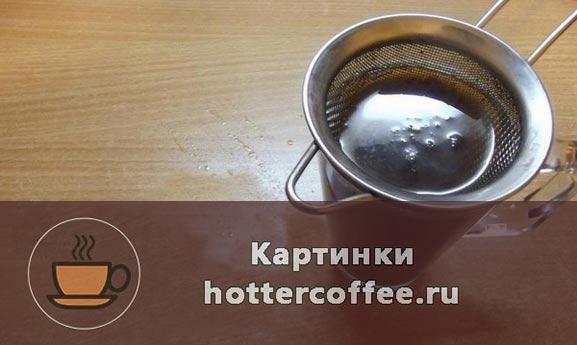 Переливаем кофе в стакан